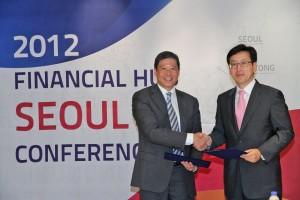 إيرنست لو، المدير الإقليمي لبنك أبوظبي الوطني في هونج كونج  (يسار)  وسوه تشونغ ها، سفير العلاقات الدولية لحكومة مدينة سيول.